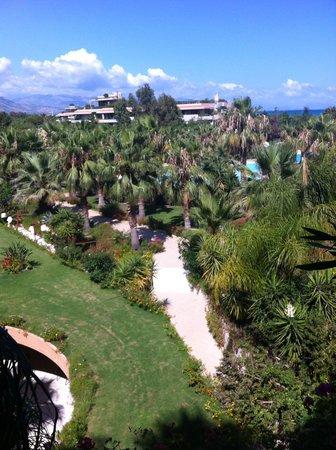 """Acacia Resort Parco dei Leoni: Magnifiques """" jardins d'Eden"""" (vue de notre chambre). Mer juste à droite"""