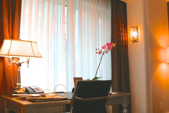 Trump International Hotel & Tower Toronto : work desk comfortable with plenty outlets