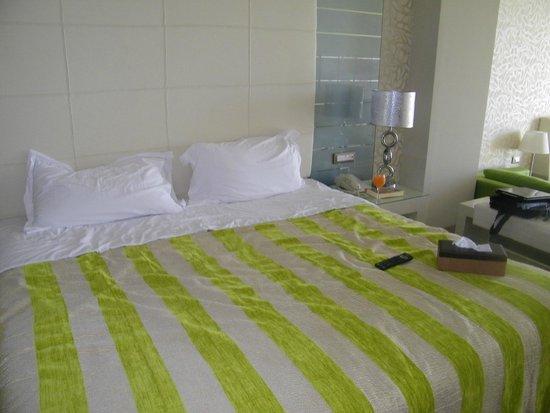 Atrium Platinum Luxury Resort Hotel & Spa: room king size bed