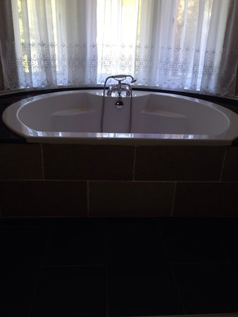 Knock Castle Hotel & Spa: The huge bath