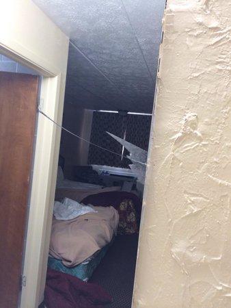 Rodeway Inn South: Broken mirror
