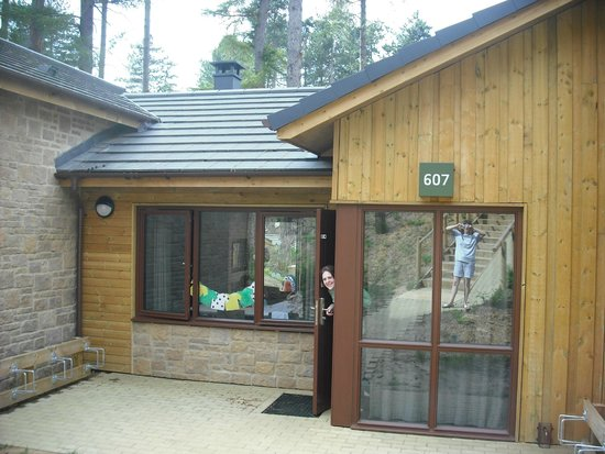 Center Parcs Woburn Forest: Front of 3 bed woodland lodge