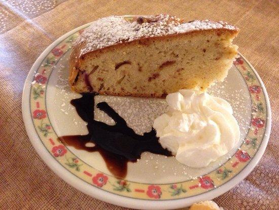 Agriturismo Alle Baite: La torta alle pesche e amarene.
