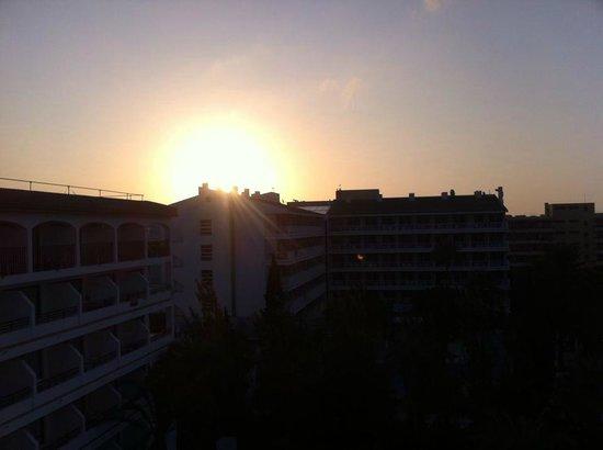 Sol de Alcudia Apartamentos: Soluppgång från 5 våningen mot hotellområdet