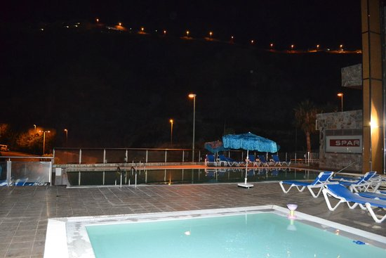 Hotel Terraza Amadores: pool by night