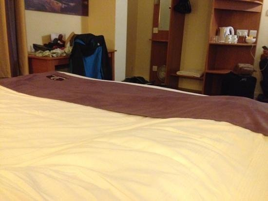 Good Night Inns Wheatsheaf Hotel: huge bed!!!
