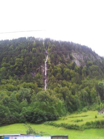 Männlichenbahn Grindelwald: Água descento do topo da montanha.