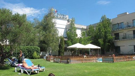 Hotel Ciudad de Haro: Zona comedor para comer fuera en la piscina.