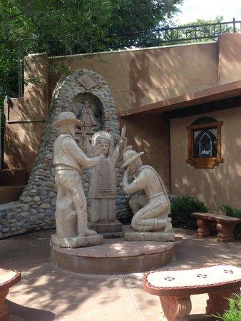 El Santuario de Chimayo: Statue entering the venue