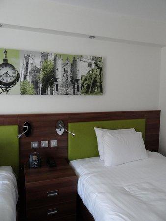 Hampton by Hilton York : Veggpynt med lokale  motiv