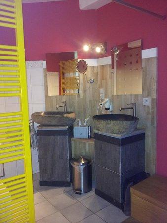 De Beek Anno 1410 Hotel: badtafels grensend aan slaapkamer