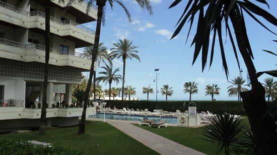 Bajondillo Apartments: Бассейн во дворе