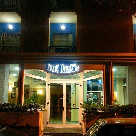 Hotel Blue Ribbon: La vita notturna si accende.
