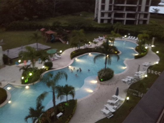 Jaco Bay Condo Hotel by Ramada: Jaco bay´s swimming pool at night
