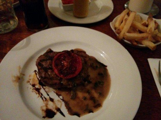 The Andover Arms: Ottima carne e ben condita, servita con patatine fritte.