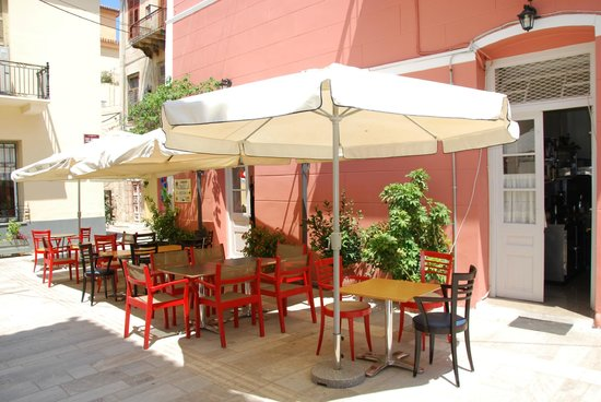 Pension Omorfi Poli: la terrasse côté impasse