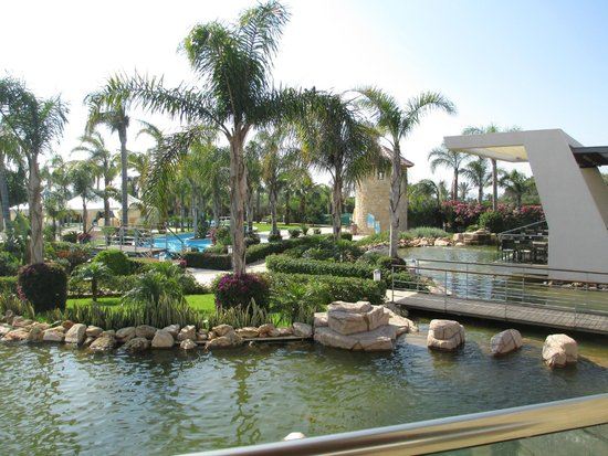 Olympic Lagoon Resort: hotel grounds