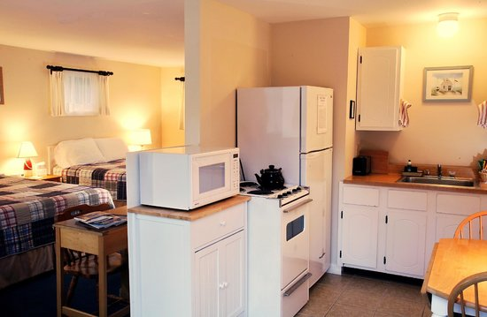 Sesuit Harbor House: Deluxe Efficiemcy Kitchen