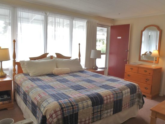 Sesuit Harbor House: Deluxe King Room