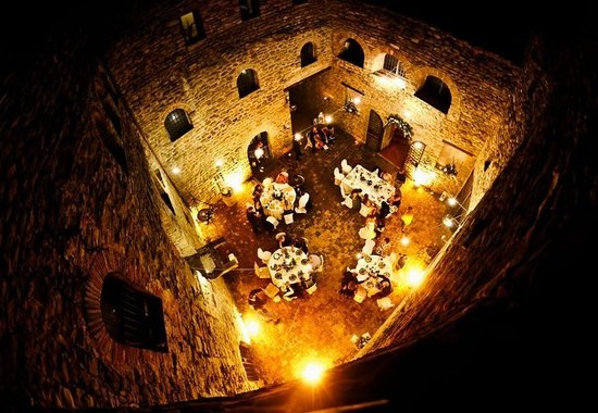 Castello di Rosciano: Dinner in the courtyard