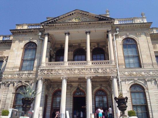 Palacio de Dolmabahçe: Entrance to the palace