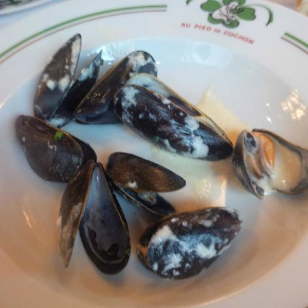 Au Pied de Cochon : Almost done with the mussels