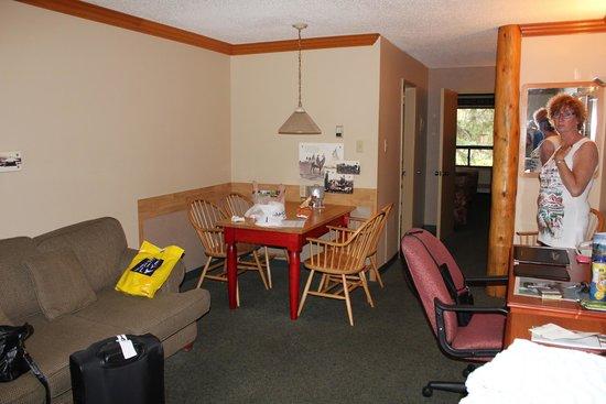 Marmot Lodge: Bank en tafel met stoelen