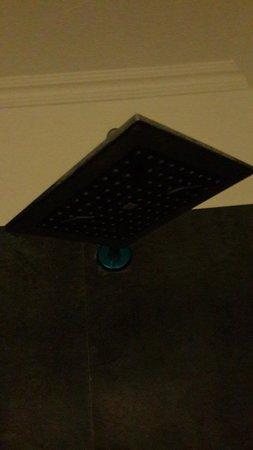 Club Cherry Apart: Kırık duş başlığı tüm suyu duşakabinin dışına atıyor