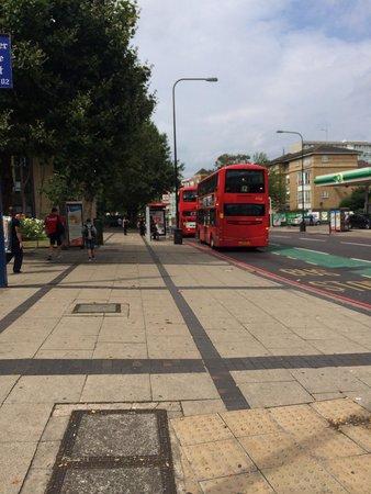 BEST WESTERN London Peckham Hotel : Fermata bus, fuori l'hotel