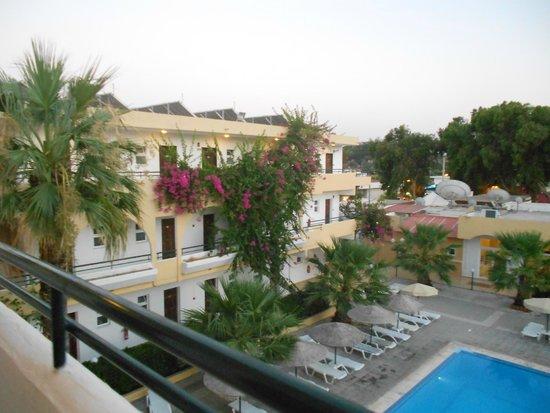 Marathon Hotel : facciata di un'ala dell'albergo che si affaccia sulla piscina