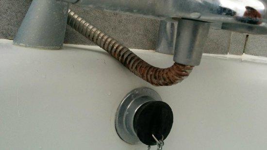Riviera Hotel: bathroom needs cleaning!