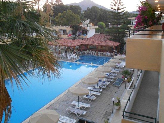 Marathon Hotel : vista dalla terrazza di ingresso alle camere della piscina
