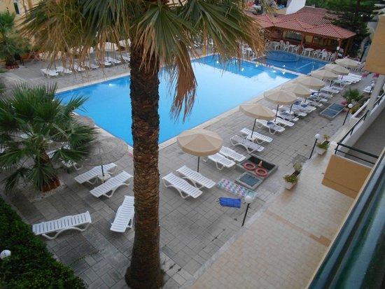Marathon Hotel: palme intorno alla piscina, molti lettini e vista completa di tutta la piscina sempre pulita