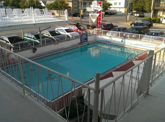 Pink Champagne Motel: pool