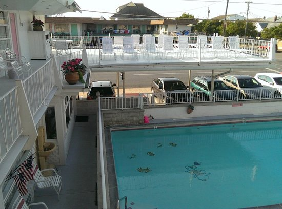 Pink Champagne Motel: pool and balcony