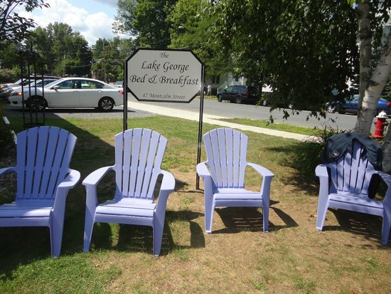 Lake George Bed and Breakfast: The lawn chairs (view of parking lot in the background)