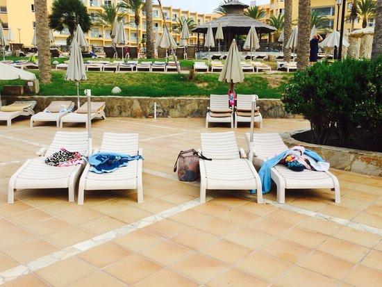 SBH Costa Calma Beach Resort: Managed to her a lounger- no umbrellas