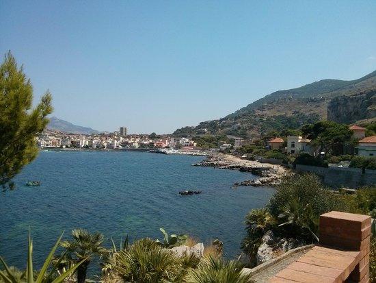 YHA Ostello di Palermo- Baia del Corallo: Appena fuori dal paese