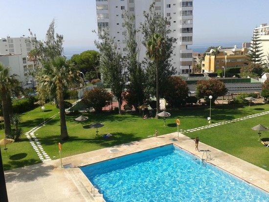 Hotel San Fermin : zona de cesped y piscina