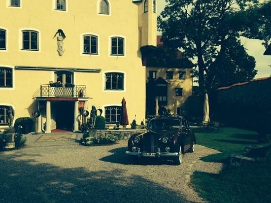 Schloss zu Hopferau: eingang biergarten launch