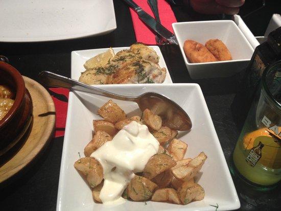 Sol y Sombra Tapas Bar : Patatas con allioli, merluza y croqueta jamon