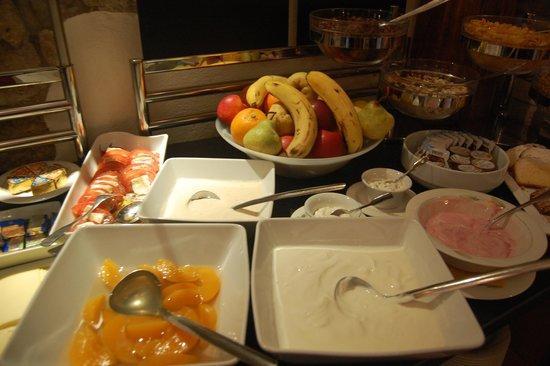 Hotel Klosterstueble: Breakfast buffet - fruits & yogurts