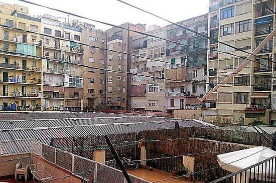 Hostalet Barcelona : Vista desde el balcon y la ventana.