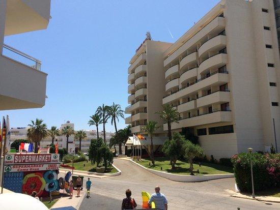 Hipotels Coma Gran Aparthotel : Outside hotel