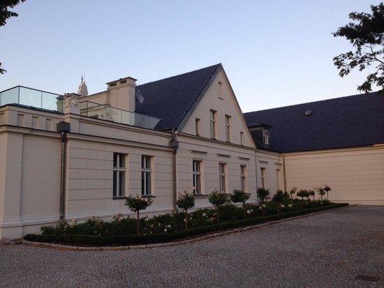 Hotel Palac Romantyczny: Hotel from The park
