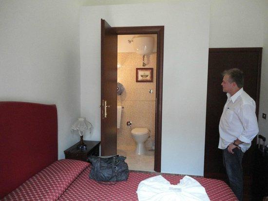 Hotel il Papavero: Porta para o banheiro