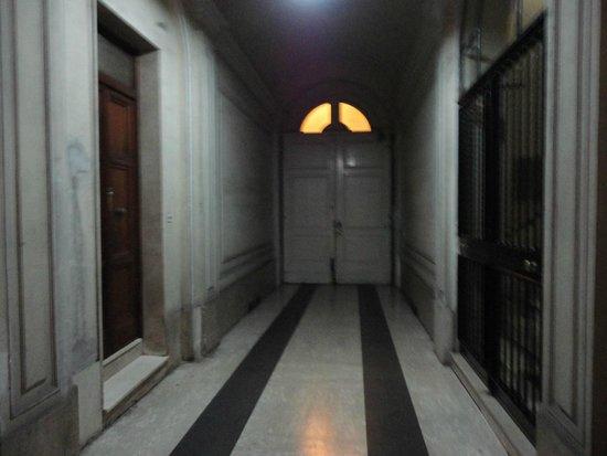 Hotel il Papavero: Porta para a rua e ao lado a entrada para a escada