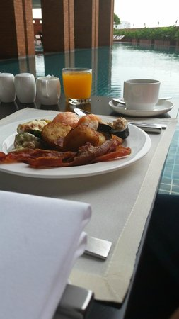 lebua at State Tower : Breakfast by the pool