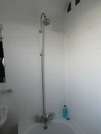 Lamb Hotel: Shower - room 12