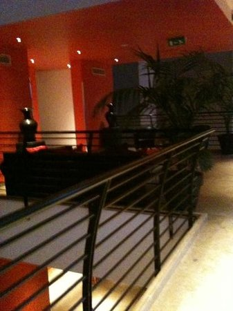 Milan Suite Hotel: beautiful, large common areas on each floor.